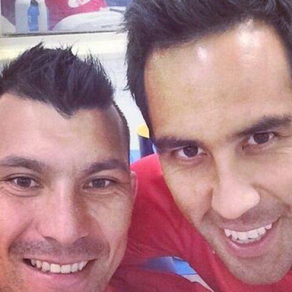 Los chilenos Gary Medel –izq- y el portero Claudio Bravo, en la concentración del equipo chileno.