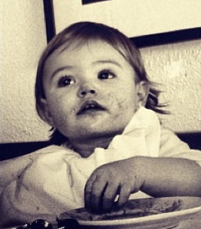 Poco después el actor compartió en la red social esta imagen de Elena, aprendiendo a comer.