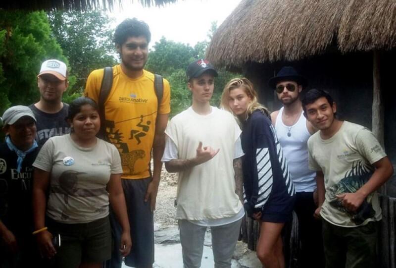 El cantante y la modelo se encuentran de vacaciones en México con un grupo de amigos, donde han realizado rappel y nadaron en un cenote, además de participar en una ceremonia maya.