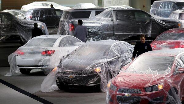 La compra de automóviles por las familias de Estados Unidos impulsó el gasto del consumidor en abril.