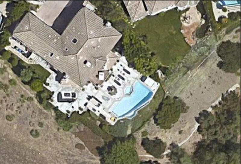 La casa está ubicada en una exclusivo fraccionamiento que cuenta con seguridad las 24 horas del dia.