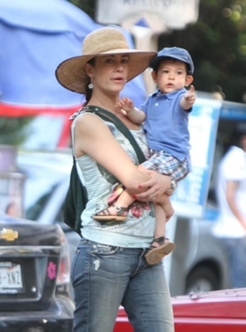 La actriz procura pasar el mayor tiempo con Nicolás, quien ya tiene dos años, por ello cuando puede, lo lleva al trabajo y ella asegura que se porta muy bien.