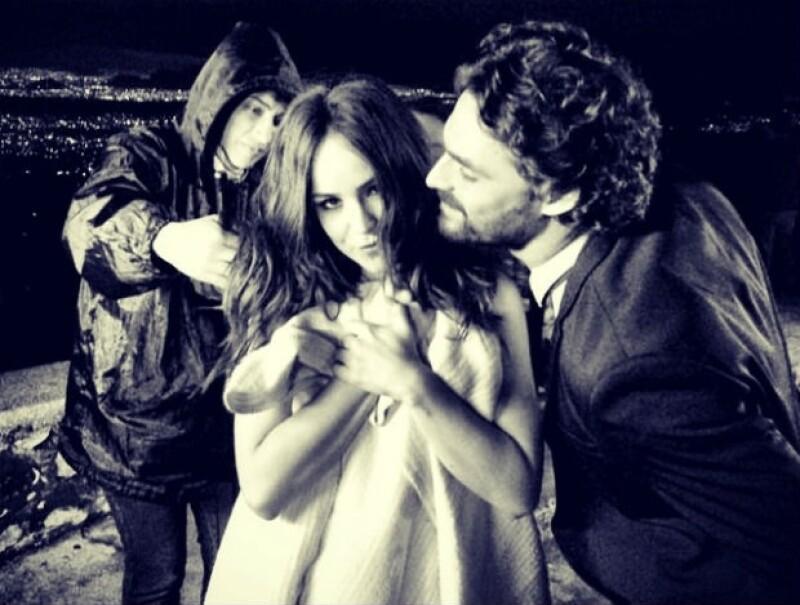"""Los actores se encuentran en pleno rodaje de la serie """"Señorita Pólvora"""" de Sony y comparten la excelente química que tienen durante las grabaciones."""