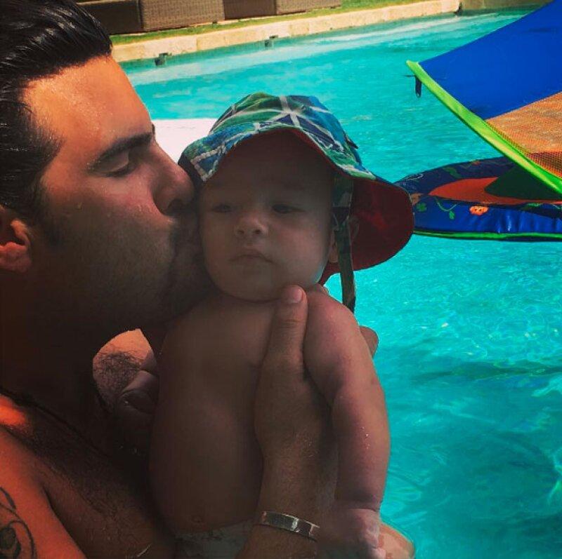 El novio de Paulina Rubio presumió por primera vez a su hijo Eros.