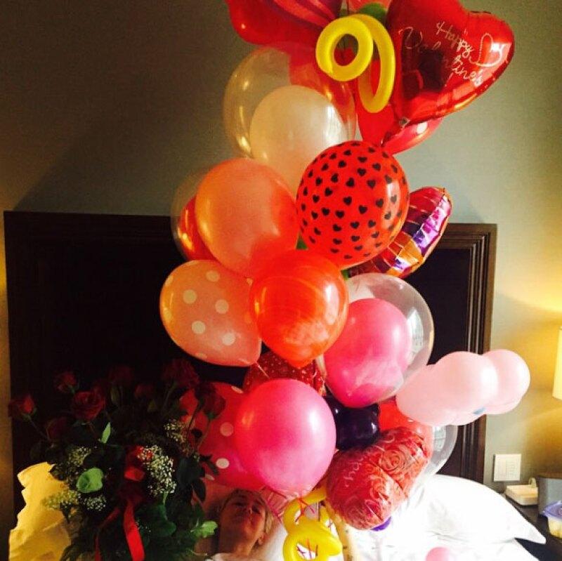 Patrick llenó de globos y flores a la cantante.