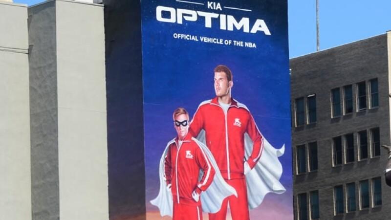 Un espectacular de Kia Motors que forma parte del patrocinio de Los Ángeles Clippers es exhibido enfrente de Staples Center