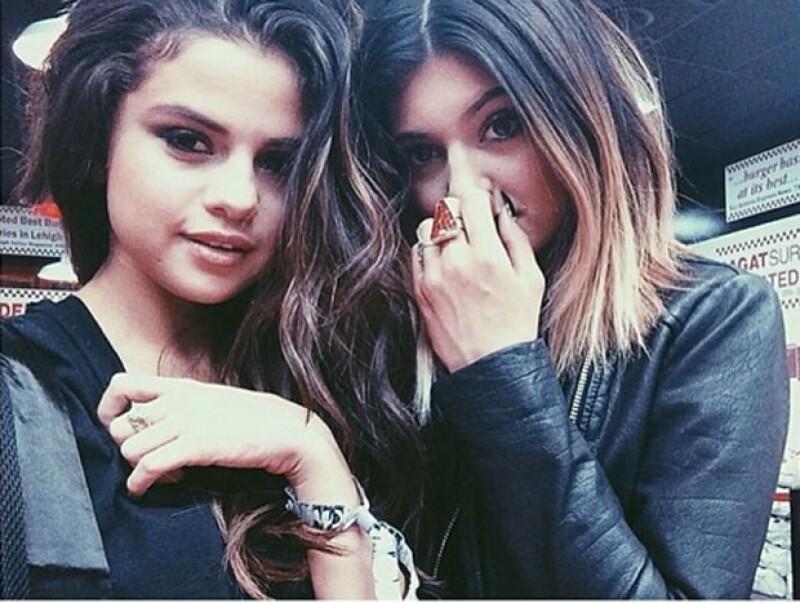 Selena y Kylie fueron vistas en el festival de música Coachella.