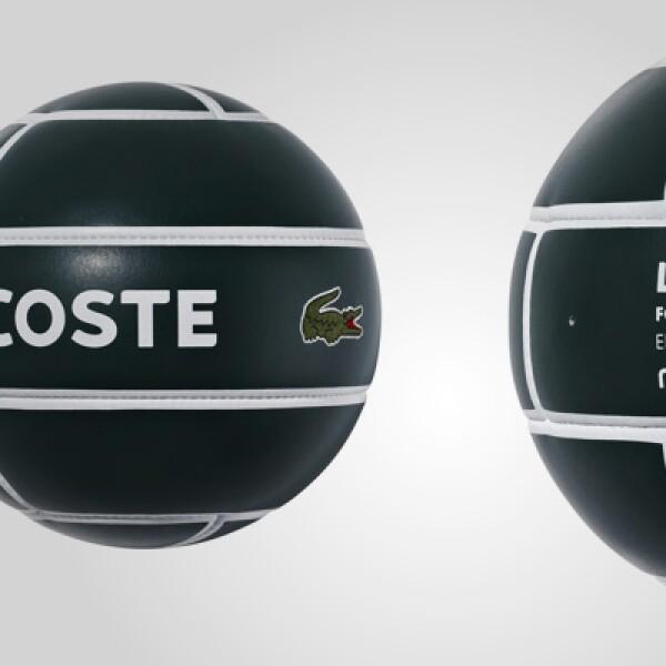 Los balones de fútbol y rugby son diseñados por MITRE, de tela con tracción y con los logotipos del cocodrilo bordado.