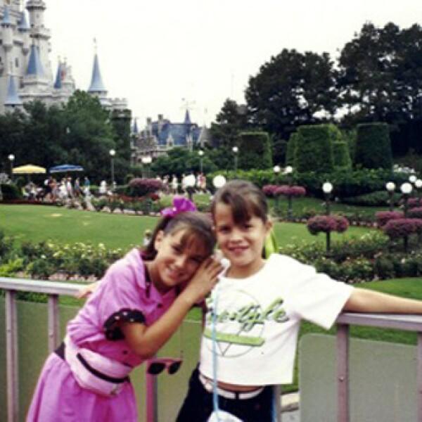 Jacky Bracamontes visitó por primera vez al reino mágico cuando era pequeña. En la foto está con su prima Sofía y a sus espaldas el castillo de Cenicienta.