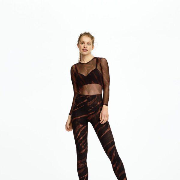 Si no eres tanto de top corto, usa esta blusa transparente sobre tu bra deportivo, el look completo tiene el mismo estampado, ¡lo queremos ya!  Oysho.com / top transparente: $499, top: $599, leggins: $559