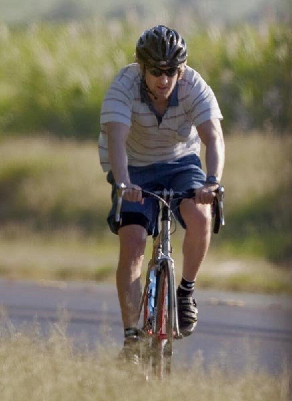 El simpático Owen Wilson es fan de andar en bici. Aquí en uno de sus paseos en Hawai.