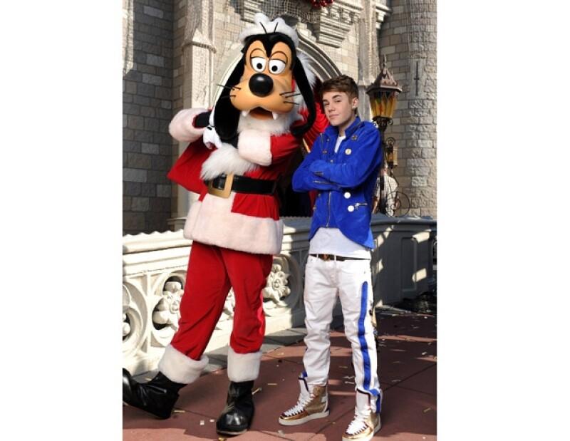 El cantante canadiense no perdió la oportunidad de tomarse una foto con el famoso Goofy.