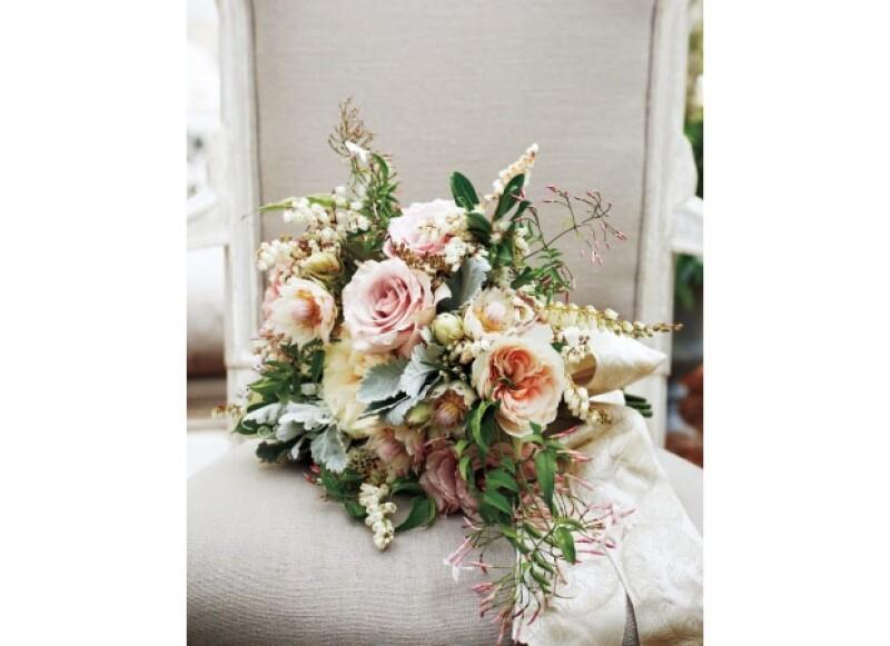 El ramo de novia llevaba rosas y jazmines.