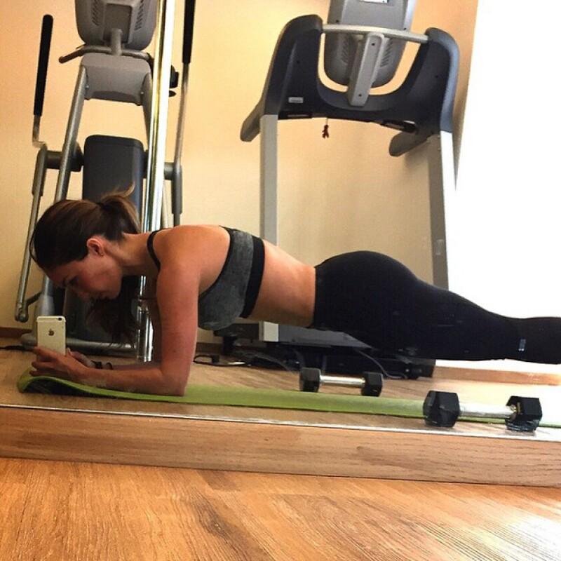 Con una selfie desde el gym, Anahí comparte cómo es su rutina de ejercicios.