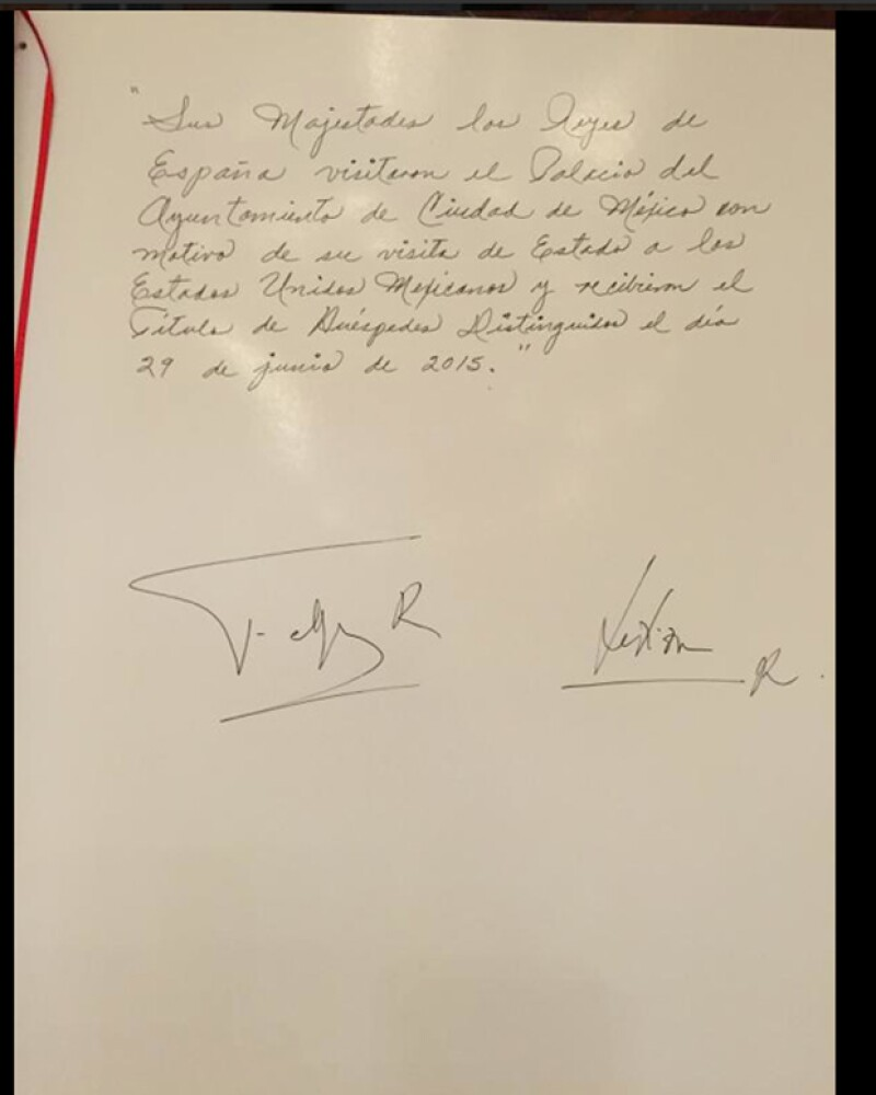 Libro con las firmas de los reyes de España.
