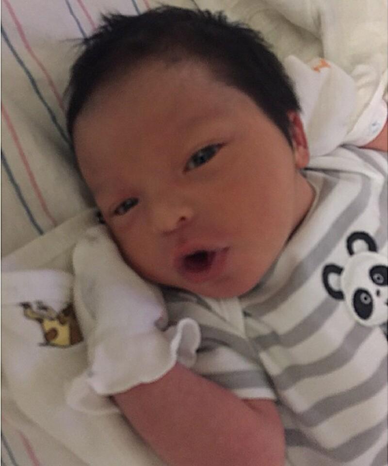 Estas fueron las primeras imágenes del bebé, cuyo peso fue de 4 kilos y altura de 50 centímetros.