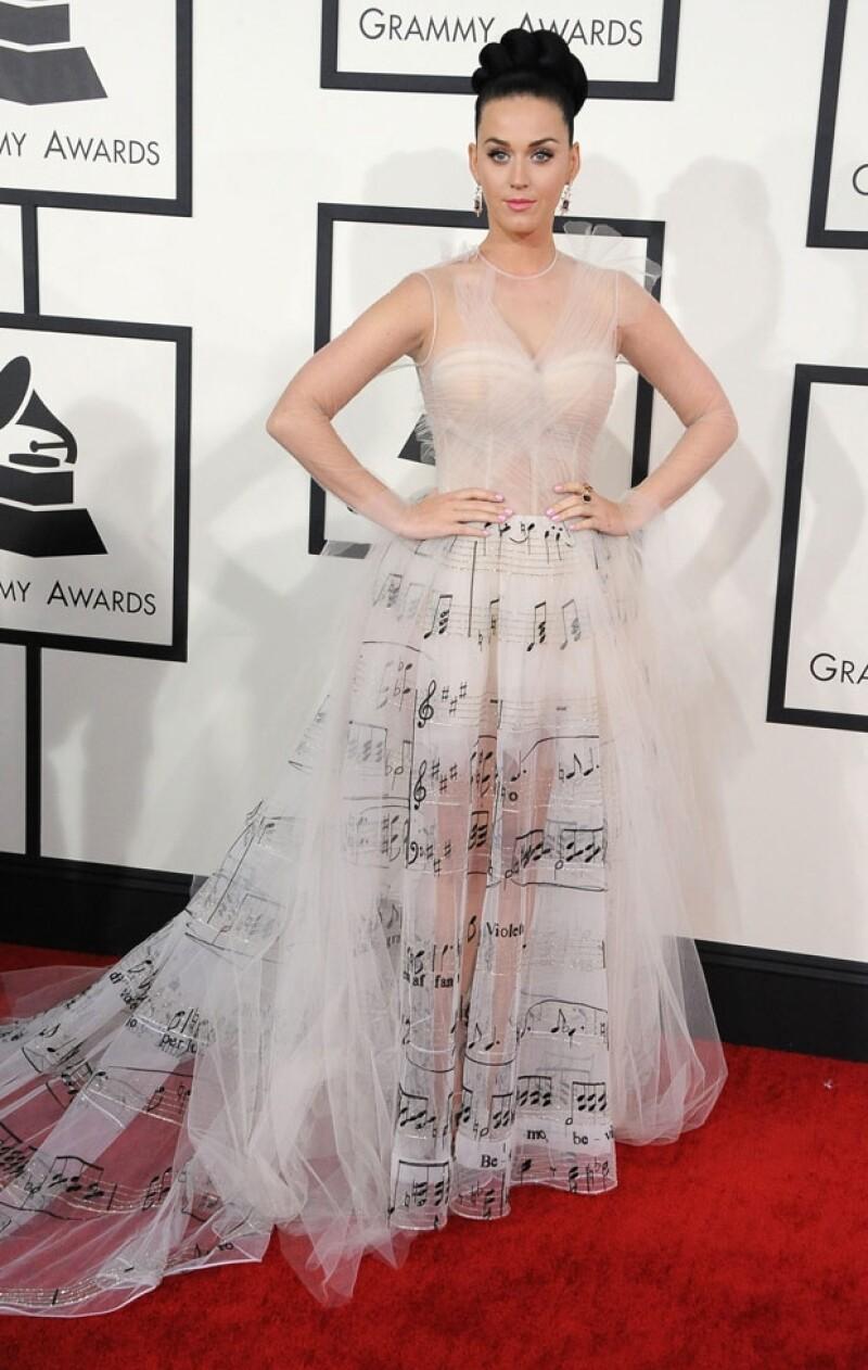 Con este vestido Valentino de alta costura Katy Perry desfiló por la alfombra roja.