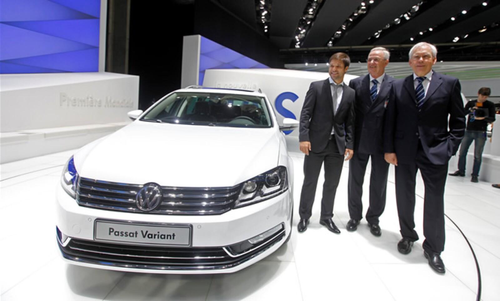 El presidente Volkswagen Martin Winterkorn (centro) posa junto a otros dos directivos de la firma automotriz, junto a esta nueva edición, la cual se ha centrado en actualizar profundamente el apartado estético.