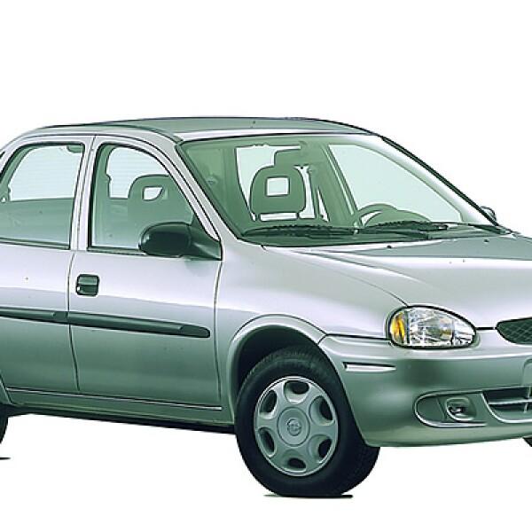 En 1996 se introdujo la versión Sedán, comercializada con el nombre de Monza.