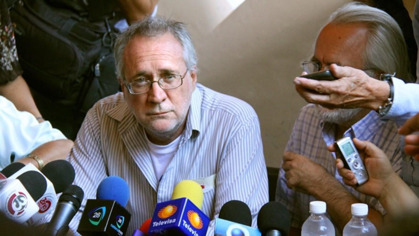 poeta mexicano da una rueda de prensa