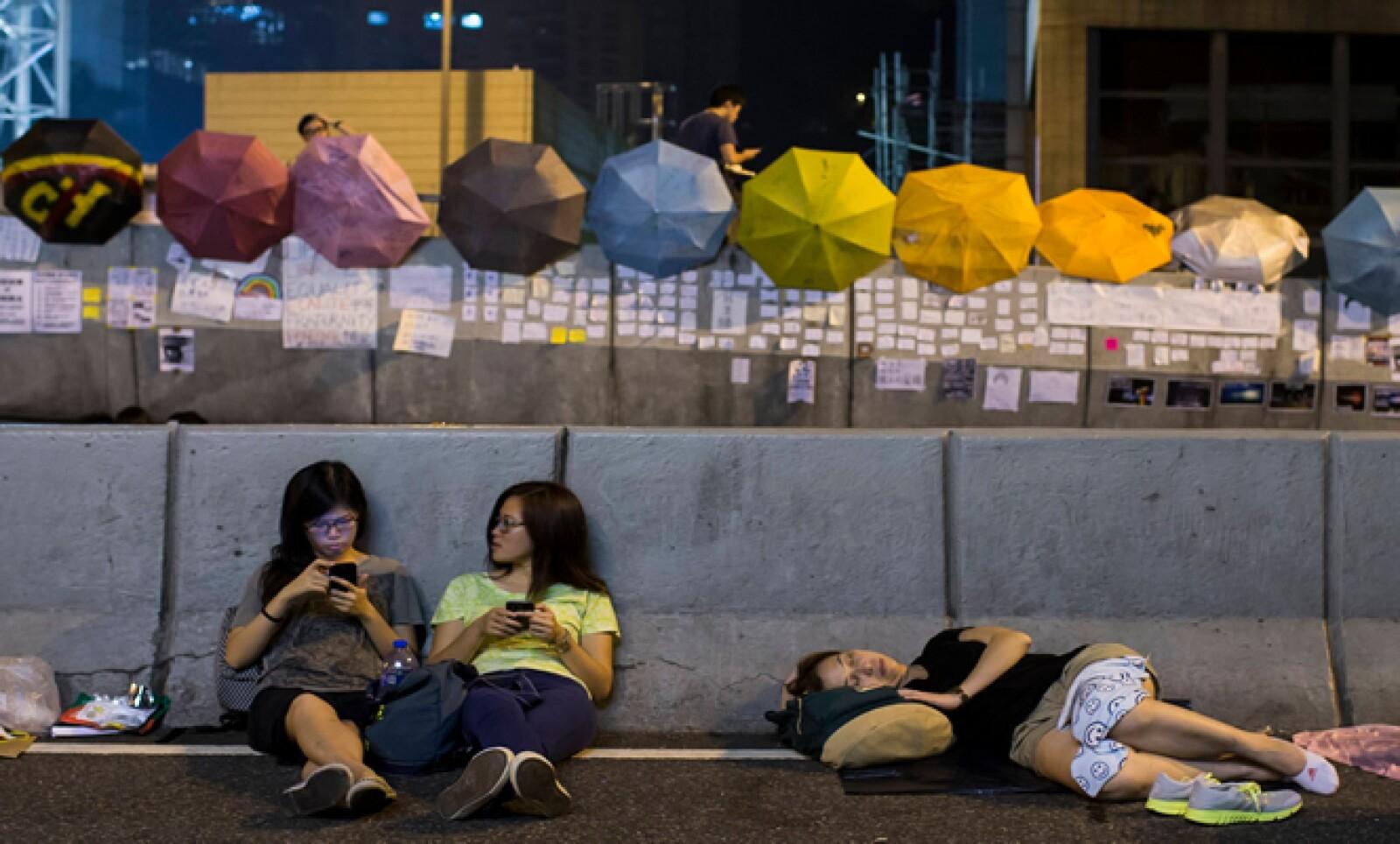 Los manifestantes de Hong Kong que piden democracia y  elecciones libres, respetan los espacios públicos y escriben sus consignas en papeles y las pegan en los muros.