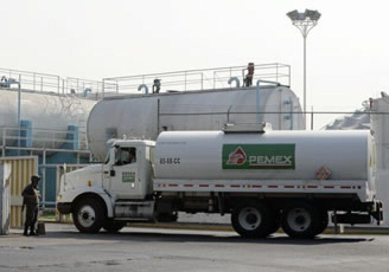 La petrolera estatal mexicana podría emitir deuda con vencimientos desde un día a 20 años, bajo el esquema. (Foto: AP)