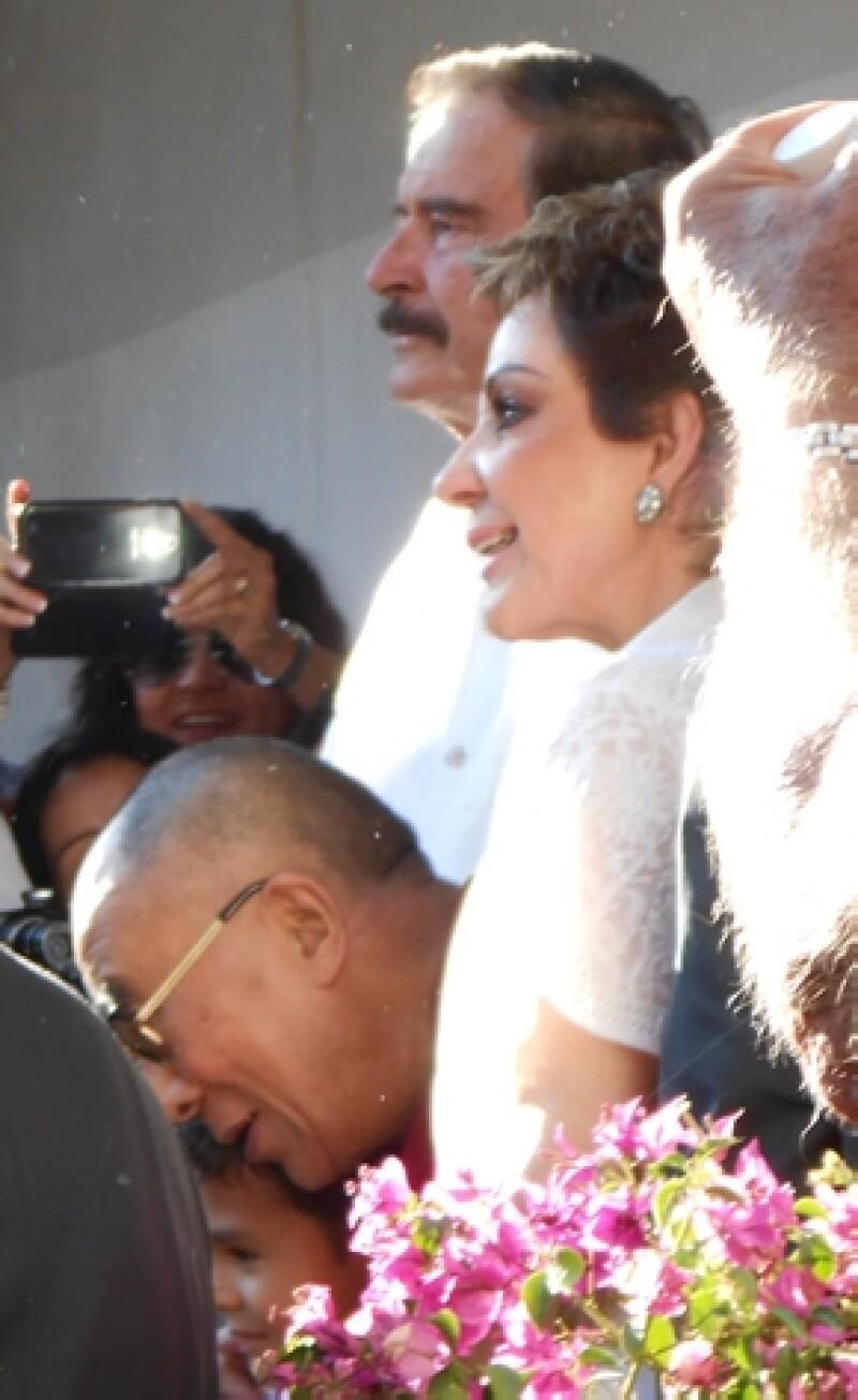 El ex presidente de México y su esposa, Marta Sahagún, dieron la bienvenida ayer al líder espiritual budista en Guanajuato. Hoy prestaron el Centro Fox para la magna conferencia.