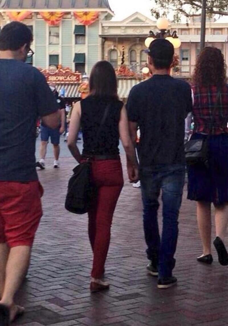 Un usuario de Twitter se encargó de compartir una foto donde se muestra a los actores de espaldas y tomados de la mano mientras caminaban por Disneyland.