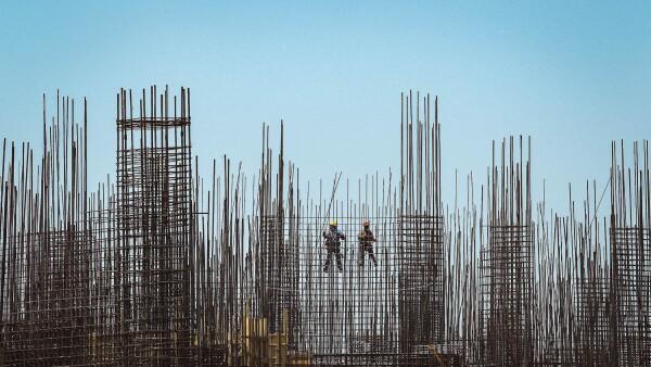 Continúan laborando trabajadores de la construcción