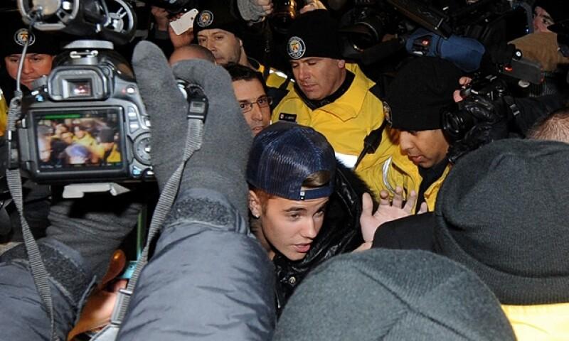 """Durante las cerca de dos horas que el cantante estuvo detenido aprovechó un momento de privacidad en la policía de Toronto para promocionar su nuevo video """"Confident""""."""