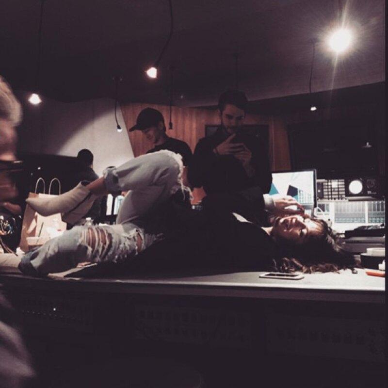 Además, comparten los momentos divertidos que pasan juntos en el estudio.