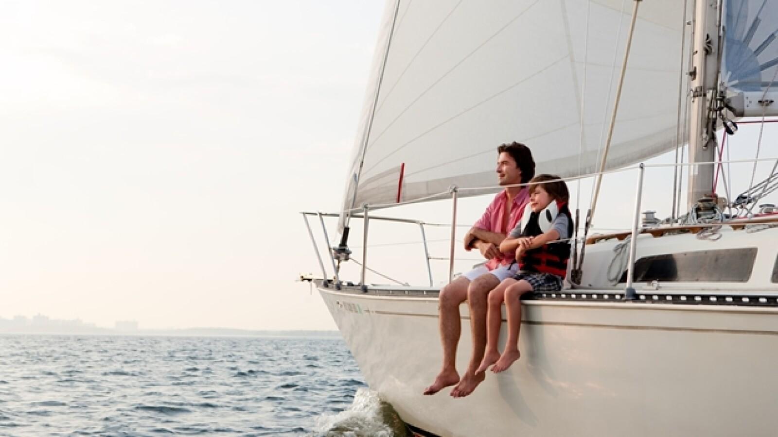 nino yate bote vacaciones mar