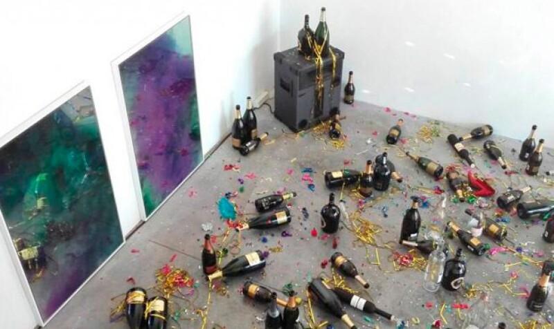 Una mujer encargada de la limpieza se confundió de sala y limpió una exhibición de arte.