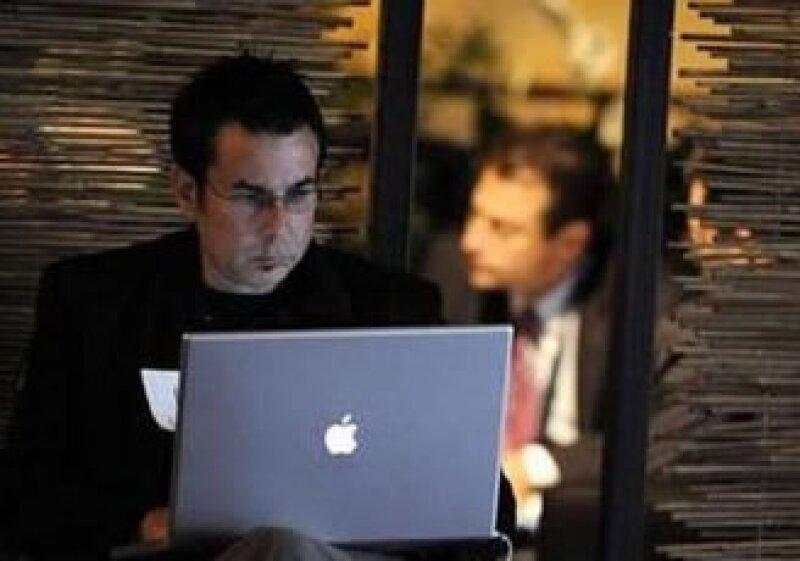 Las redes sociales son una buena alternativa para buscar empleo. (Foto: Reuters)