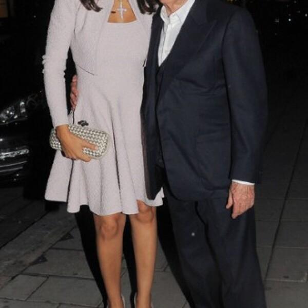 El magnate de la fórmula uno Bernie Ecclestone con su novia brasileña Fabiana Flosi.