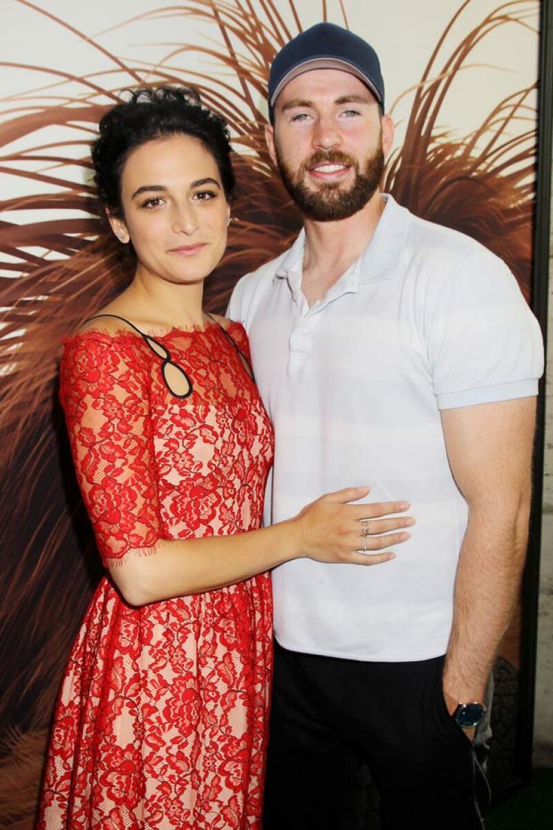 Los rumores de un romance entre el actor y Jenny Slate habían comenzado desde hace unos meses, y es ahora que decidieron confirmarlo al asistir juntos a un evento.