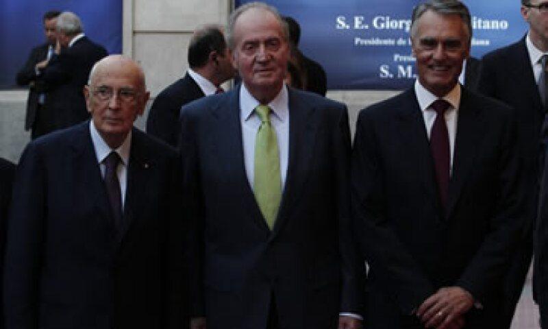 El rey Juan Carlos, flanqueado por Aníbal Cavaco a su izquierda y Giorgio Napolitano a su derecha. (Foto: Notimex)