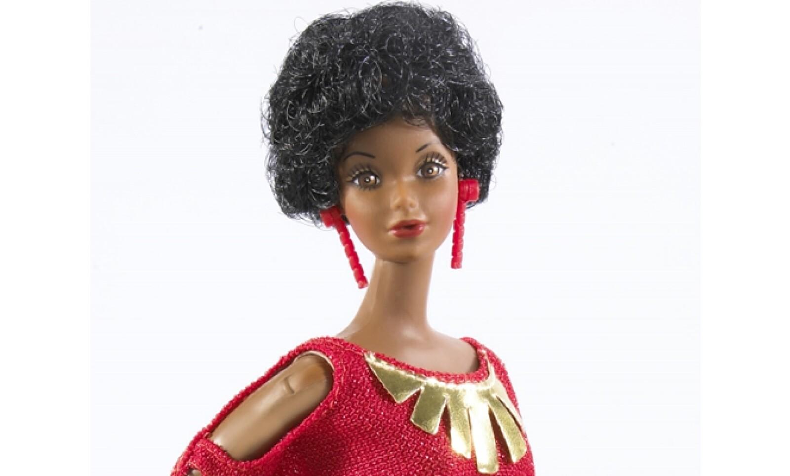 Este año hizo su entrada la primera Barbie afroamericana. Otro modelo de la muñeca llamado Barbie y Los Rockeros lucía grandes cinturones y leggings como los que usaban los grupos de rock de ese momento.