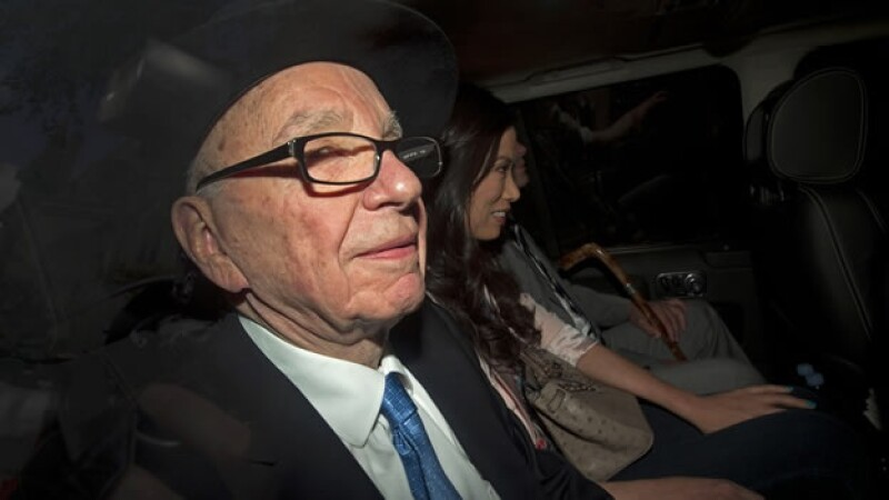 Rupert Murdoch abandona el Parlamento británico