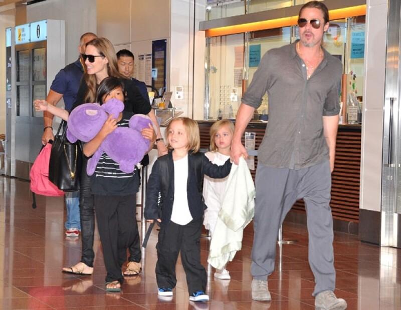 """La popular familia se encuentra en el país de Oriente promocionando el filme de Pitt """"Guerra Mundial Z"""", mientras que Angelina participa en un foro contra la violencia sexual en las guerras."""