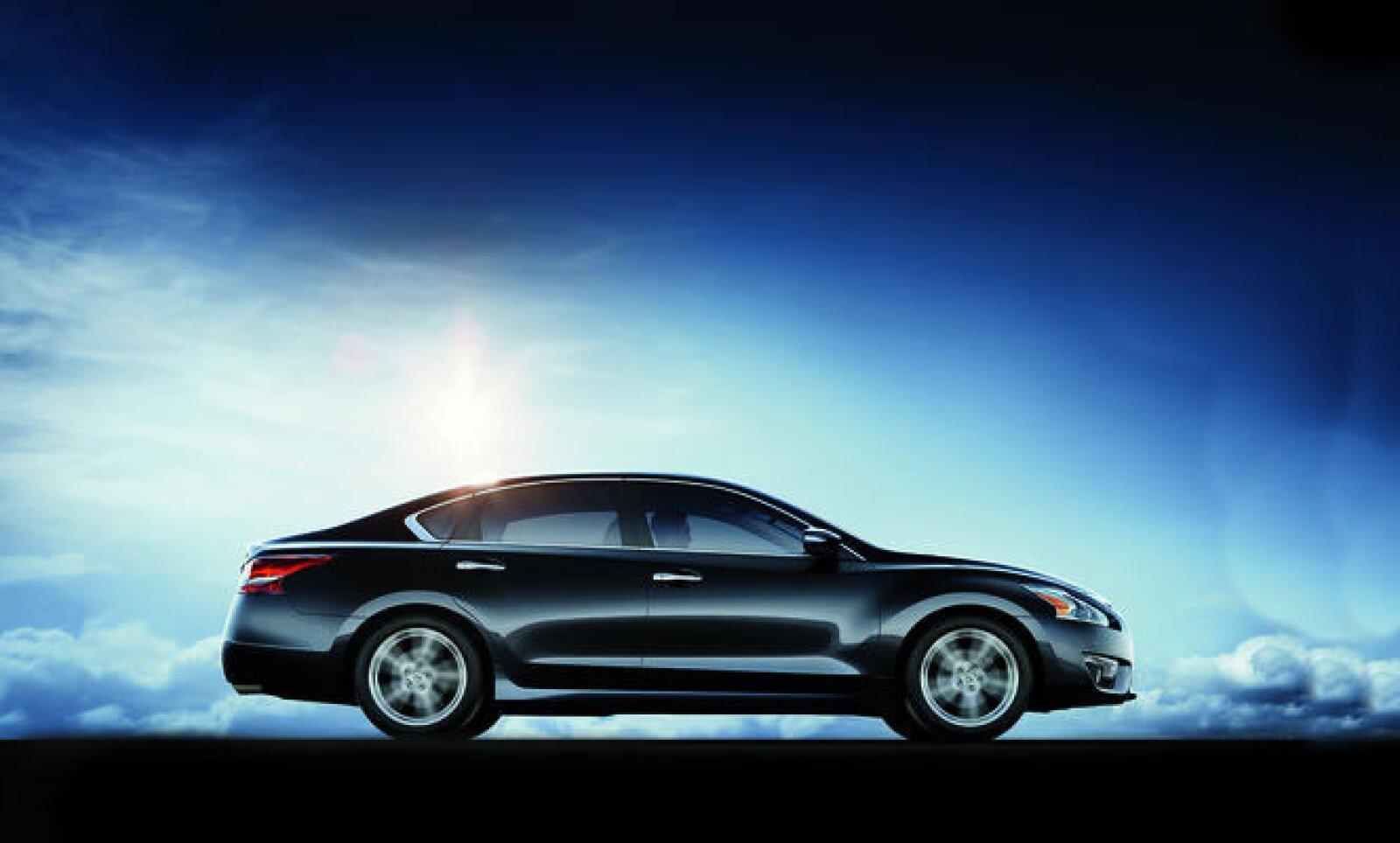 La marca japonesa, Nissan presentó el nuevo Nissan Altima 2013 que espera superar en ventas al Camry, el más vendido en su segmento, dentro de Estados Unidos.