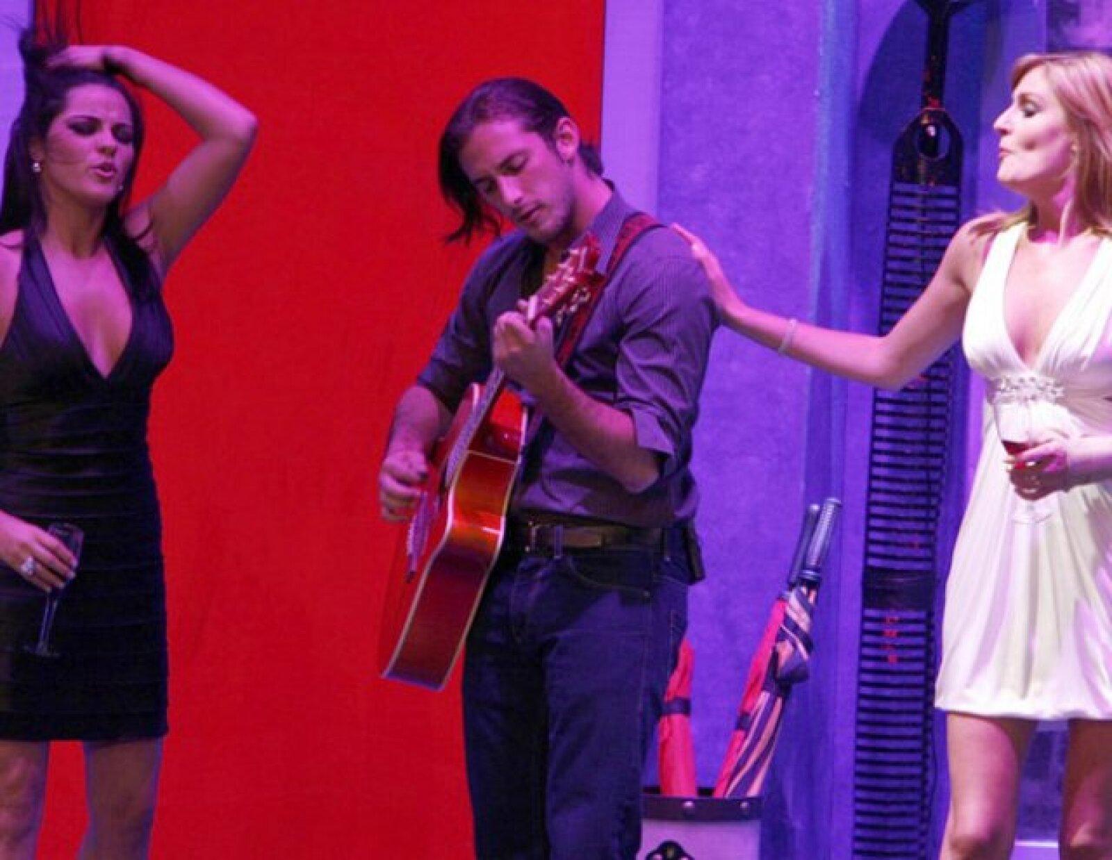 Aquí Maite Perroni, Sebastián Zurita y Chantal Andere en el estreno de la obra Cena de Matrimonios.