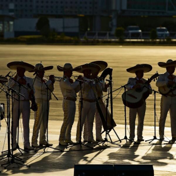 Grupos musicales, incluidos mariachis y bailarines, interpretan canciones para recibir a Francisco.