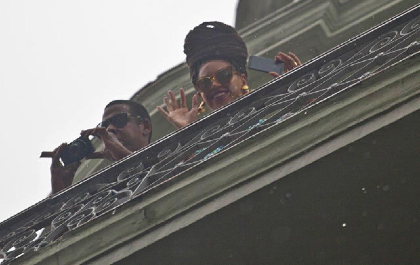 Cuando se percataron que había mucha gente esperando saludarlos, se asomaron por el balcón y regalaron fotos y sonrisas a todos.