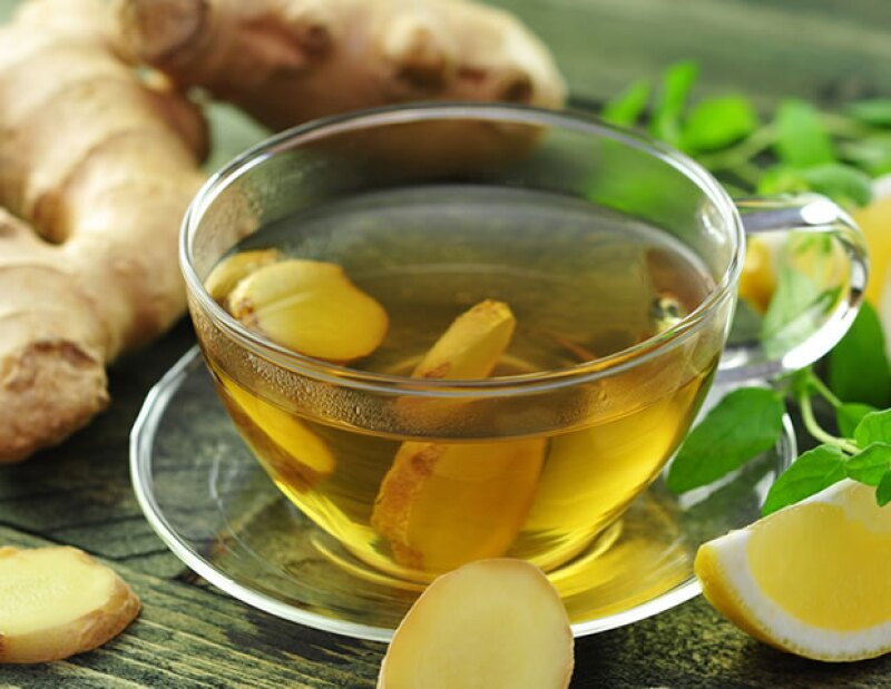 El jengibre tiene propiedades increíbles. El té puede ayudarte a evitar náuseas y vómitos causados por movimientos.