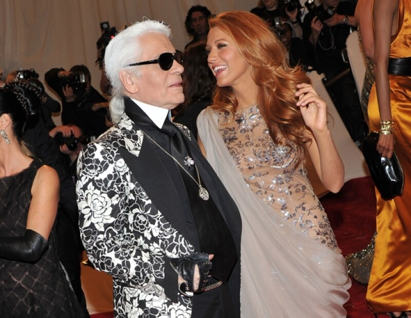 Blake Lively acompañada por Karl Lagerfeld