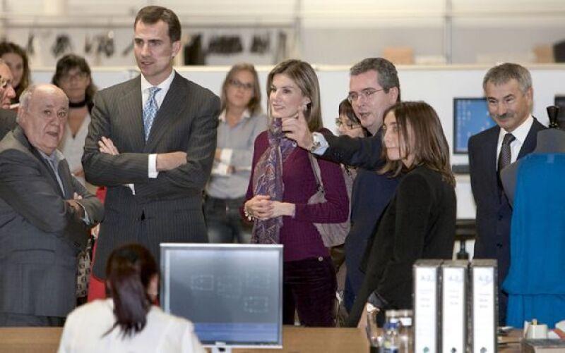Amancio Ortega, dueño del grupo textil Inditex, fue el encargado de darles a los Príncipes de España un recorrido por las instalaciones ubicadas en La Coruña.