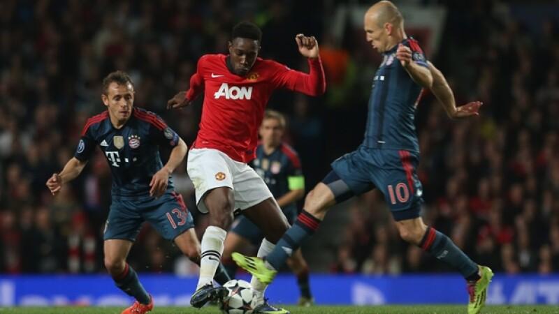 Danny Welbeck de Manchester United disputa el balón con Arjen Robben de Bayern Munich