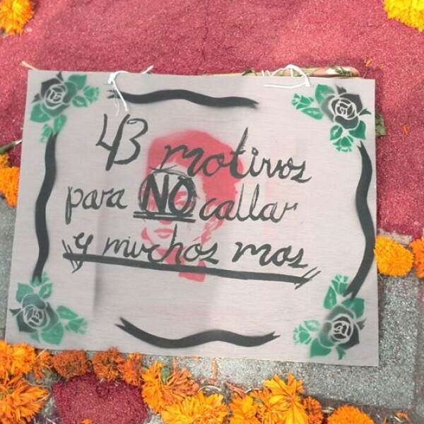 43 motivos para no callar, y muchos más?, destaca un mensaje de un altar de muertos, en referencia a los estudiantes normalistas desaparecidos de Ayotzinapa