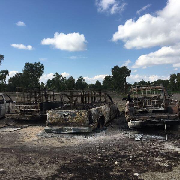 Seis camionetas cargadas de bidones de hidrocarburo se incendiaron cerca de un ducto de Pemex en el municipio de Acatzingo. El 8 de marzo 2016.